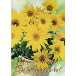 Wenskaart van harte gefeliciteerd met gele bloemen in een rieten potje