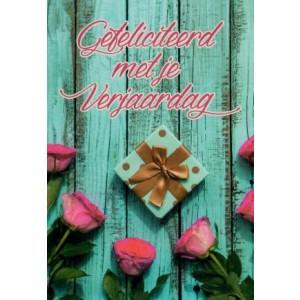 Felicitatiekaart met roze rozen rondom een cadeau