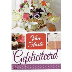 Wenskaart van harte gefeliciteerd met bloemen, thee, gebak en een cadeau