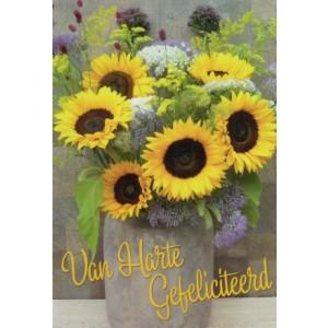 Wenskaart van harte gefeliciteerd met je verjaardag met een mooi boeket zonnebloemen in een grote vaas