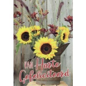 Wenskaart van harte gefeliciteerd met je verjaardag met een mooi boeket zonnebloemen in een grote schenkkan