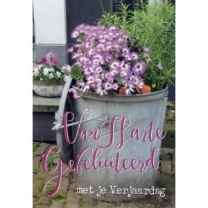Wenskaart met paars-witte bloemen en de tekst van harte gefeliciteerd met je verjaardag