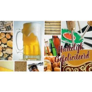 wenskaart gefeliciteerd voor mannen met bier eten en darten