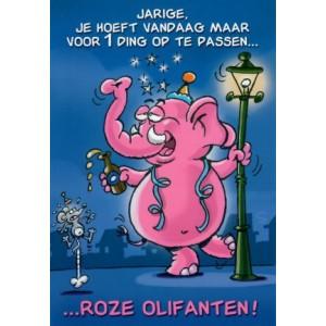"""Verjaardagskaart met de tekst: jarige, je hoeft vandaag maar voor 1 ding op te passen... roze olifanten!"""" met een roze olifant met een biertje aan een lantaarnpaal"""