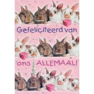 Wenskaart gefeliciteerd van ons allemaal, met allemaal konijntjes in feestelijke stemming