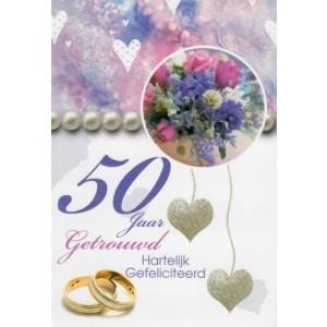 Wenskaart 50 jaar getrouwd met een fleurig boeket en twee ringen
