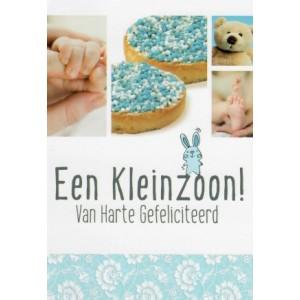 Wenskaart een kleinzoon! van harte gefeliciteerd met afbeeldingen van blauwe muisjes, een teddybeer en babyhanden- en voetjes
