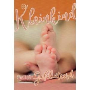Wenskaart kleinkind geboren met twee baby voetjes die rusten op een grote mensen hand