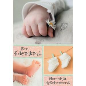 Wenskaart een kleinkind gefeliciteerd met afbeeldingen van een babyhandje, babyvoetjes en babysokjes