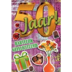 Wenskaart 50 jaar! hartelijk gefeliciteerd met een kado, chocolaatjes en bloemen