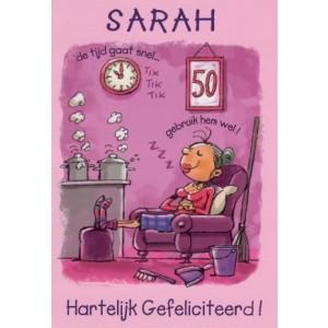 Wenskaart Sarah hartelijk gefeliciteerd met een sarah die in een luie stoel zit