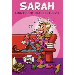 Wenskaart sarah gefeliciteerd met een breiende Sarah die chocolaatjes eet
