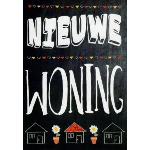 Wenskaart voor een nieuwe woning met huisjes, vlaggenlijnen en bloemen getekend op een krijtbord