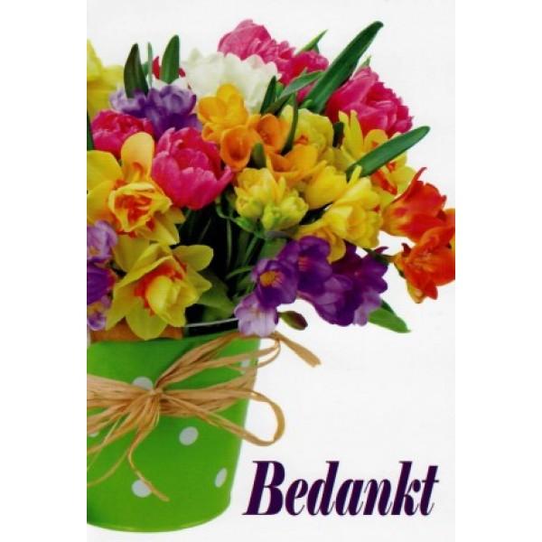 Wenskaart bedankt met fleurige bloemen in een groene emmer