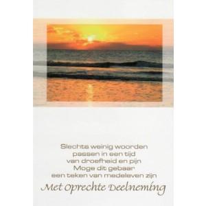 Condoleance wenskaart in kleur met tekst met de afbeelding van zee met ondergaande zon.