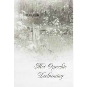Condoleance wenskaart in zwart-wit met de afbeelding van een hek aan een bosrand.