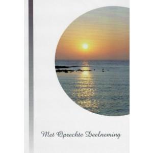 Condoleance wenskaart in kleur met de afbeelding van een zonsondergang aan zee.