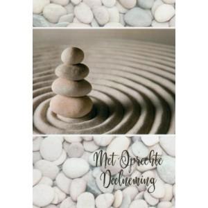 Condoleance wenskaart kleur met de afbeelding van een stapel keien in het zand.
