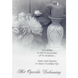 Condoleance wenskaart met tekst en afbeelding van bloemen en een een kaars.