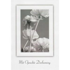 Condoleance wenskaart in zwart-wit met afbeelding van bloemen.