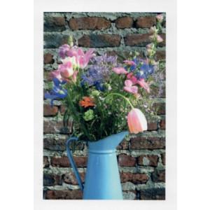wenskaart stenen muur met oude vaas met bloemen