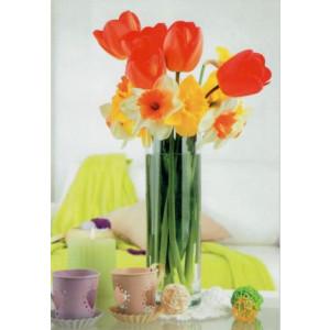 kaartje met bloemen in een vaas en kopjes ernaast