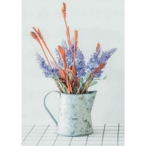 wenskaart zonder tekst met een gieter, bruine takken en paarse bloemen