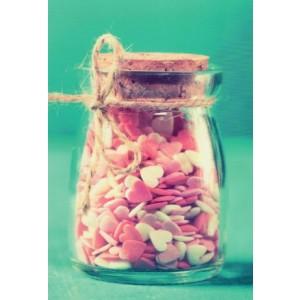 Een wenskaart zonder tekst met lekkere snoephartjes in een glazen pot.