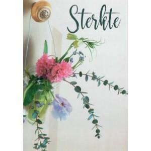 Wenskaart sterkte met een klein vaasje met bloemen die aan een deurknop hangt.