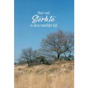 """Wenskaart met de tekst """"heel veel sterkte in deze moeilijke tijd""""met de afbeelding van bomen op een zandvlakte"""