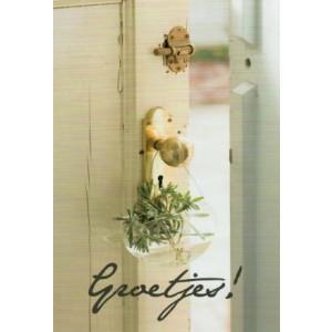 wenskaart plantje aan deurknop met de tekst groetjes