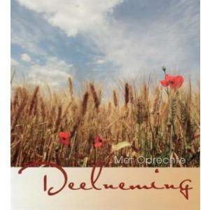 Condoleance wenskaart in kleur met de afbeelding van een graanveld, klaprozen en een wolkenlucht.