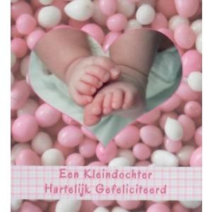 Little square wenskaart vierkant een kleindochter, hartelijk gefeliciteerd met babyvoetjes omringd door roze-witte muisjes