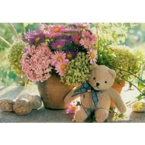 kaartje met een foto van een bloempot met bloemen en een beertje