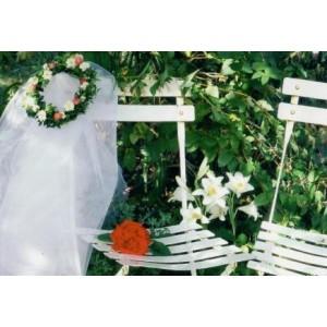 kaartje voor bruidspaar met twee witte stoeltjes en een rode roos
