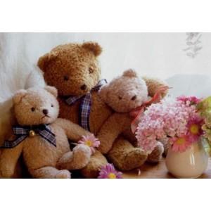 wenskaart met knuffelbeertjes op de bank met een vaas met rose bloemetjes
