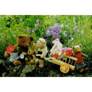 wenskaart met poppen en speelgoed in het grasveld