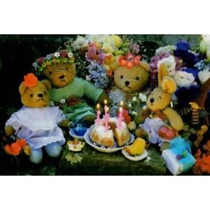 kaartje met vier knuffelbeertjes rond een taart met kaarsjes