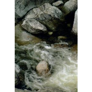 wenskaart met natuurfoto van beek door de rotsen