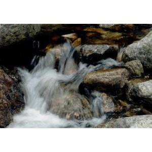 wenskaart met stromende beek of rivier door de rotsen