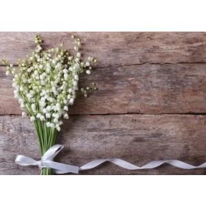 Wenskaart zonder tekst met een boeket an witte bloemetjes op een steigerhouten achtergrond