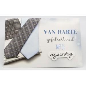 Adios wenskaart felicitatie met de tekst hartelijk gefeliciteerd met de afbeelding van een laptop met een stropdas