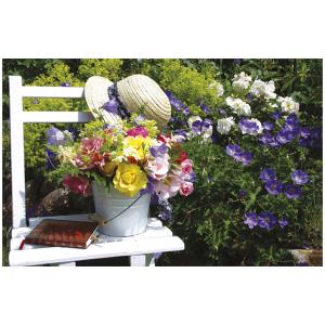 Wenskaart foto mini bloemenboeket op een witte stoel