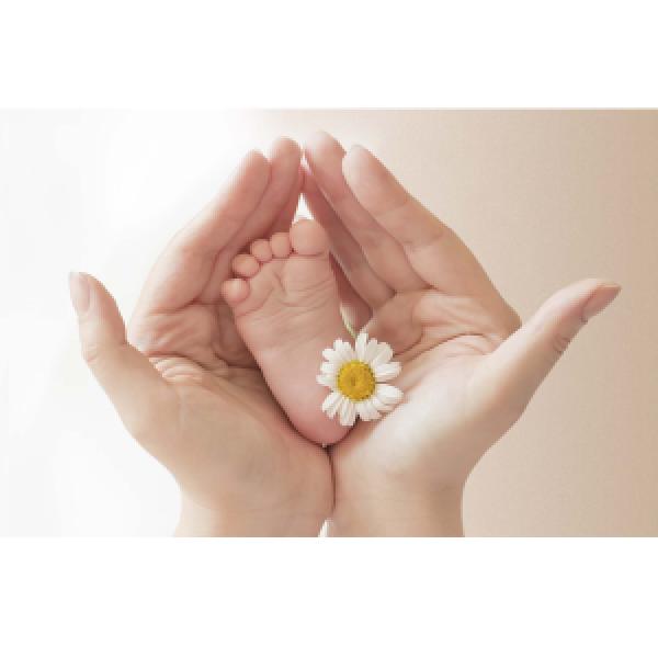 Wenskaart foto mini babyvoetje in mensenhanden
