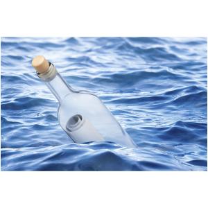 Wenskaart foto mini met flessenpost drijvend in het water