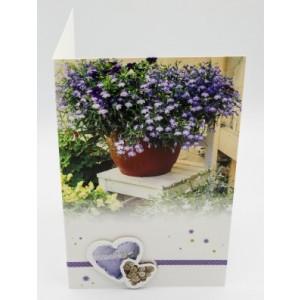 Adios wenskaart zonder tekst met een hanging basket met paarse bloemetjes die op een stoel witte stoel staat