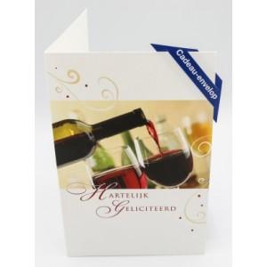 Adios cadeau envelop felicitatie met de tekst hartelijk gefeliciteerd met een fles wijn die een glas volschenkt