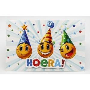 """Adios wenskaart felicitatie met de tekst """"hoera"""" met drie emojies met hoedjes op"""