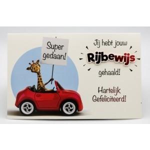 Adios wenskaart Jij hebt jouw rijbewijs gehaald, hartelijk gefeliciteerd, super gedaan! met een giraf in een auto