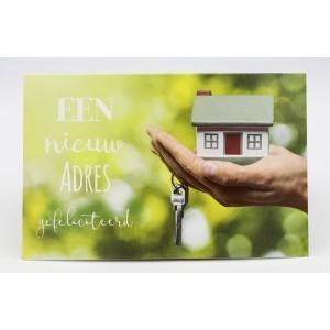 Adios wenskaart een nieuw adres, gefeliciteerd met een mini-huisje op een hand